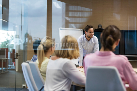 Businessman leading meeting in conference roomの写真素材 [FYI02173839]
