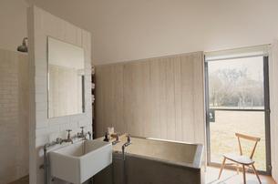 Home showcase bathroom with soaking tubの写真素材 [FYI02173947]