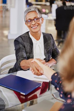 Businesswomen handshaking in meetingの写真素材 [FYI02173953]