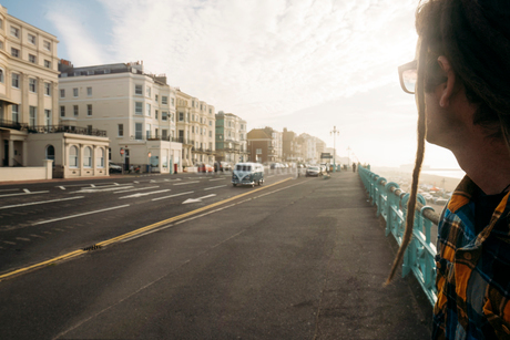 Man waiting to cross street, Brighton, United Kingdomの写真素材 [FYI02174019]