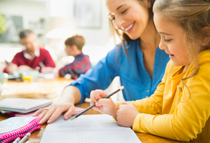 Mother helping daughter with homeworkの写真素材 [FYI02174040]
