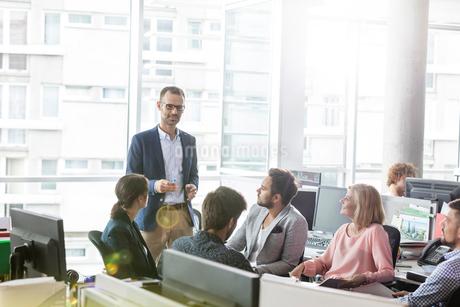 Businessman leading meeting in officeの写真素材 [FYI02174160]