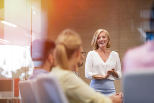 Smiling businesswoman leading meeting in conference roomの写真素材 [FYI02174177]