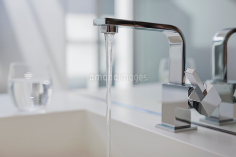 Water falling from modern bathroom faucetの写真素材 [FYI02174197]