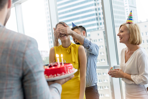 Business people celebrating birthday with cake in officeの写真素材 [FYI02174279]