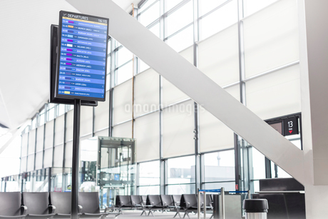 Arrival departure board in empty airport concourseの写真素材 [FYI02174446]