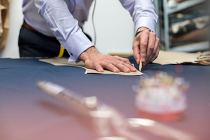 Tailor marking fabric in menswear workshopの写真素材 [FYI02174500]