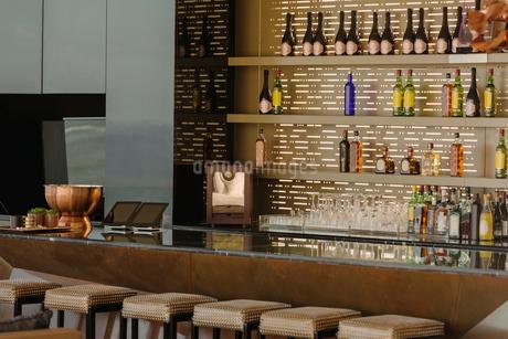 Luxury bar and barstoolsの写真素材 [FYI02174516]