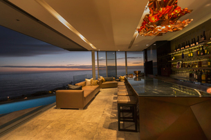 Twilight ocean view beyond luxury home showcase barの写真素材 [FYI02174533]
