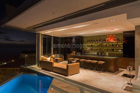 Luxury home showcase bar open to pool patioの写真素材 [FYI02174628]