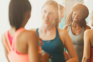 Smiling women talking in exercise class gym studioの写真素材 [FYI02174638]