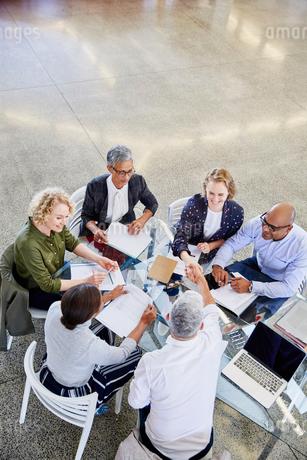 Business people handshaking in meetingの写真素材 [FYI02174683]