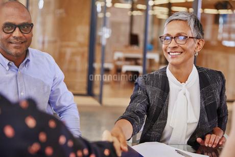 Businesswomen handshaking in meetingの写真素材 [FYI02174687]