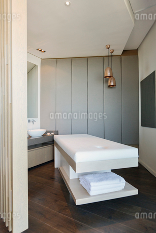 Massage table in modern spaの写真素材 [FYI02174701]