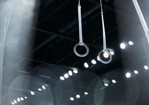 Gymnastics rings hanging in arenaの写真素材 [FYI02174714]