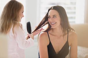 Daughter brushing mother's hairの写真素材 [FYI02174716]