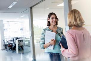 Businesswomen talking in officeの写真素材 [FYI02174858]