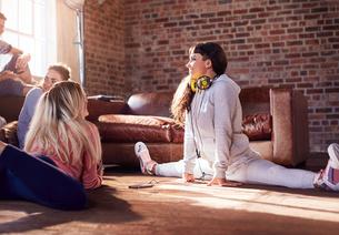 Young woman dancer stretching doing splits in studioの写真素材 [FYI02174930]