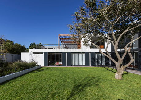 Sunny modern, luxury home showcase exterior with treeの写真素材 [FYI02174985]