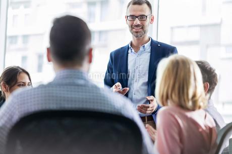 Businessman leading meeting in officeの写真素材 [FYI02174991]