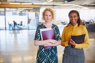Portrait smiling businesswomen in officeの写真素材 [FYI02174993]