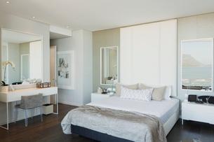 Modern white luxury home showcase bedroomの写真素材 [FYI02175019]