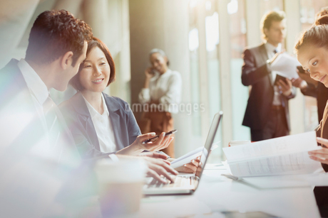 business people working at laptop in meetingの写真素材 [FYI02175075]