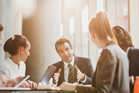 Businessman talking, leading conference room meetingの写真素材 [FYI02175088]
