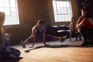 Young hip hop dancers practicing in studioの写真素材 [FYI02175098]