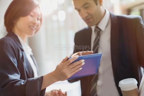Business people using digital tabletの写真素材 [FYI02175296]