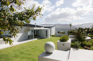 Sunny modern luxury home showcase exterior and yardの写真素材 [FYI02175398]