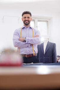 Portrait confident tailor in menswear shopの写真素材 [FYI02175460]