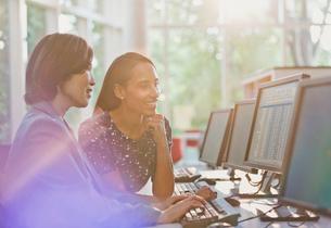 Businesswomen working at computer in officeの写真素材 [FYI02175471]
