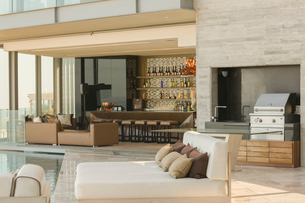 Luxury home showcase exterior patio with barbecue and chaise loungesの写真素材 [FYI02175545]
