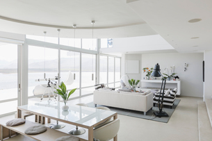 Modern luxury home showcase interior living room and dining room open planの写真素材 [FYI02175551]