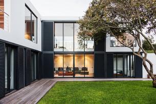 Modern, luxury home showcase exteriorの写真素材 [FYI02175595]