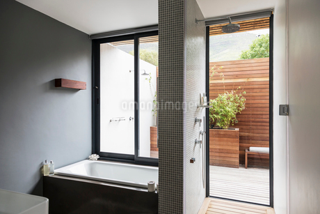 Modern, home showcase interior bathroom with soaking tub and showerの写真素材 [FYI02175656]