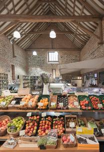 Fresh produce on display in marketの写真素材 [FYI02175668]