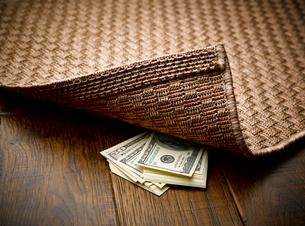 Money hidden under rugの写真素材 [FYI02175670]
