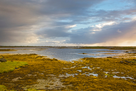 Tranquil scene clouds over lake, Loch Euphoirt, North Uist, Outer Hebridesの写真素材 [FYI02175709]