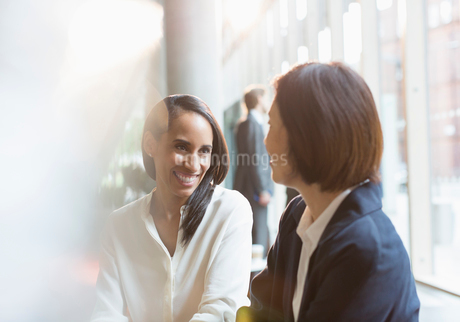 Smiling businesswomen talkingの写真素材 [FYI02175743]