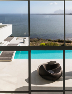 Modern luxury home showcase exterior infinity pool with sunny ocean viewの写真素材 [FYI02175761]