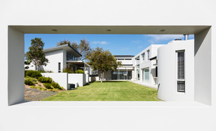 Sunny modern luxury home showcase exterior and yardの写真素材 [FYI02175776]