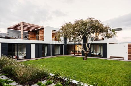 Modern, luxury home showcase exteriorの写真素材 [FYI02175819]