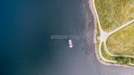 Overhead aerial view of cruise ship on rippled ocean along shore, Frederikssund, Denmarkの写真素材 [FYI02175830]