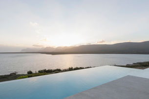 Tranquil sunset beyond infinity pool and oceanの写真素材 [FYI02175905]