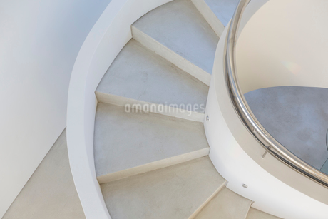 White, concrete spiral staircase in modern home showcase interiorの写真素材 [FYI02175925]