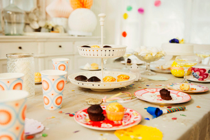 Cupcakes and decorations on birthday party tableの写真素材 [FYI02175936]