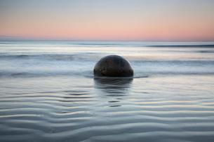 Tranquil rippling seascape and boulder, Moeraki Boulders, South Island, New Zealandの写真素材 [FYI02175950]