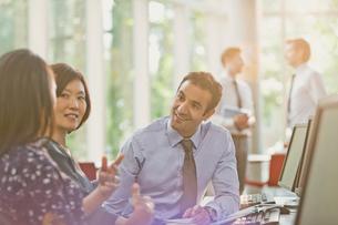 Business people talking in office meetingの写真素材 [FYI02176051]